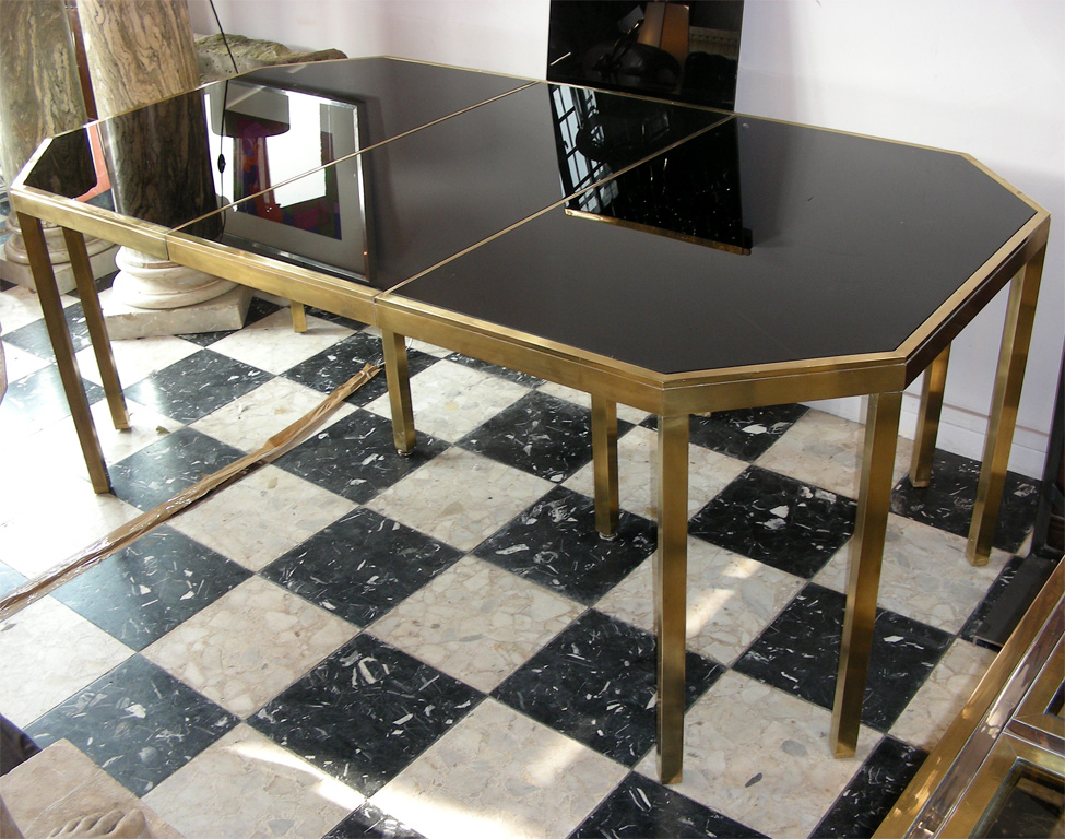 Table de salle manger en laiton poli et verre opalin for Largeur d une table de salle a manger